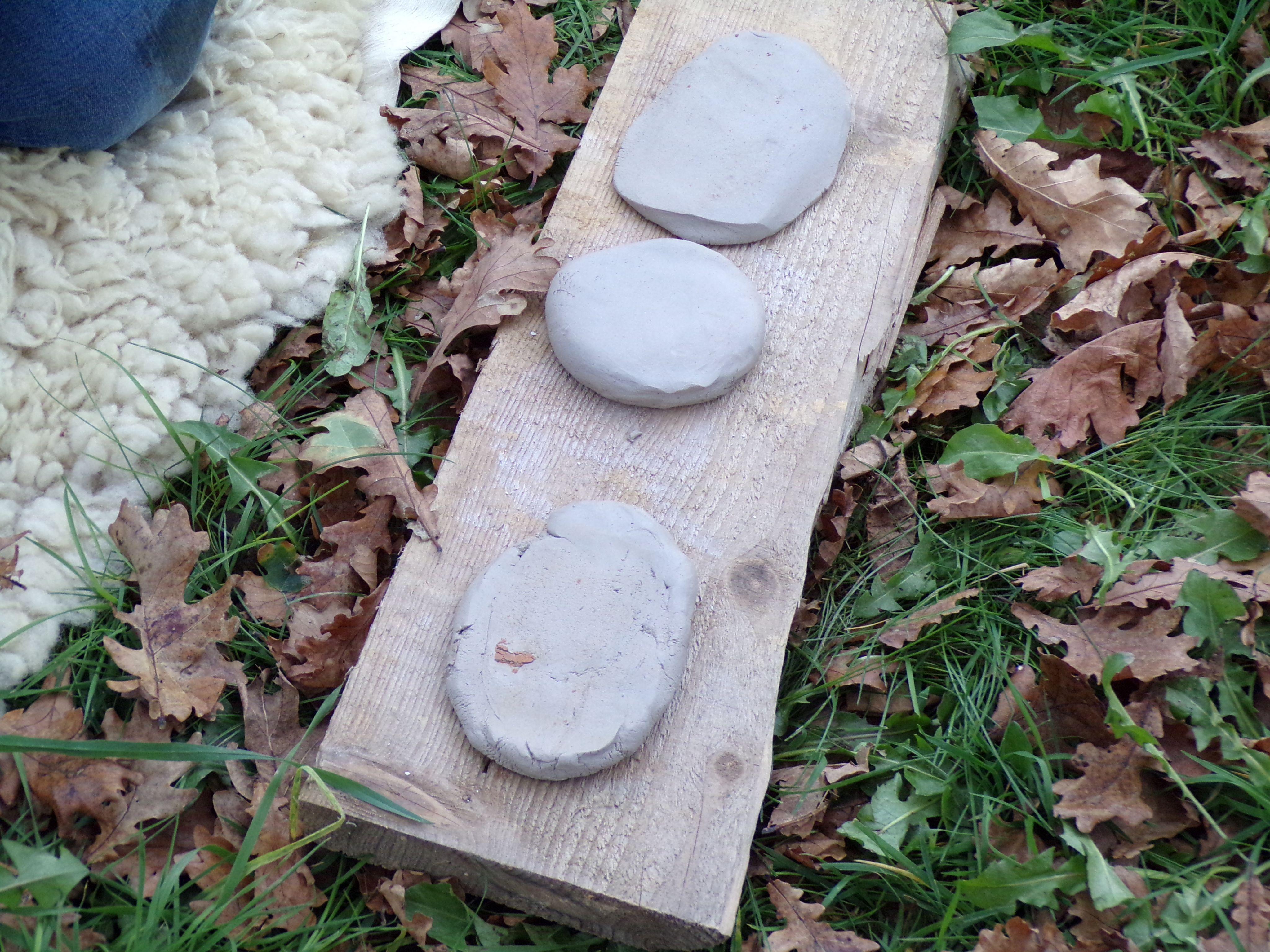 Plaque de bois avec trois petit pain d'argile.