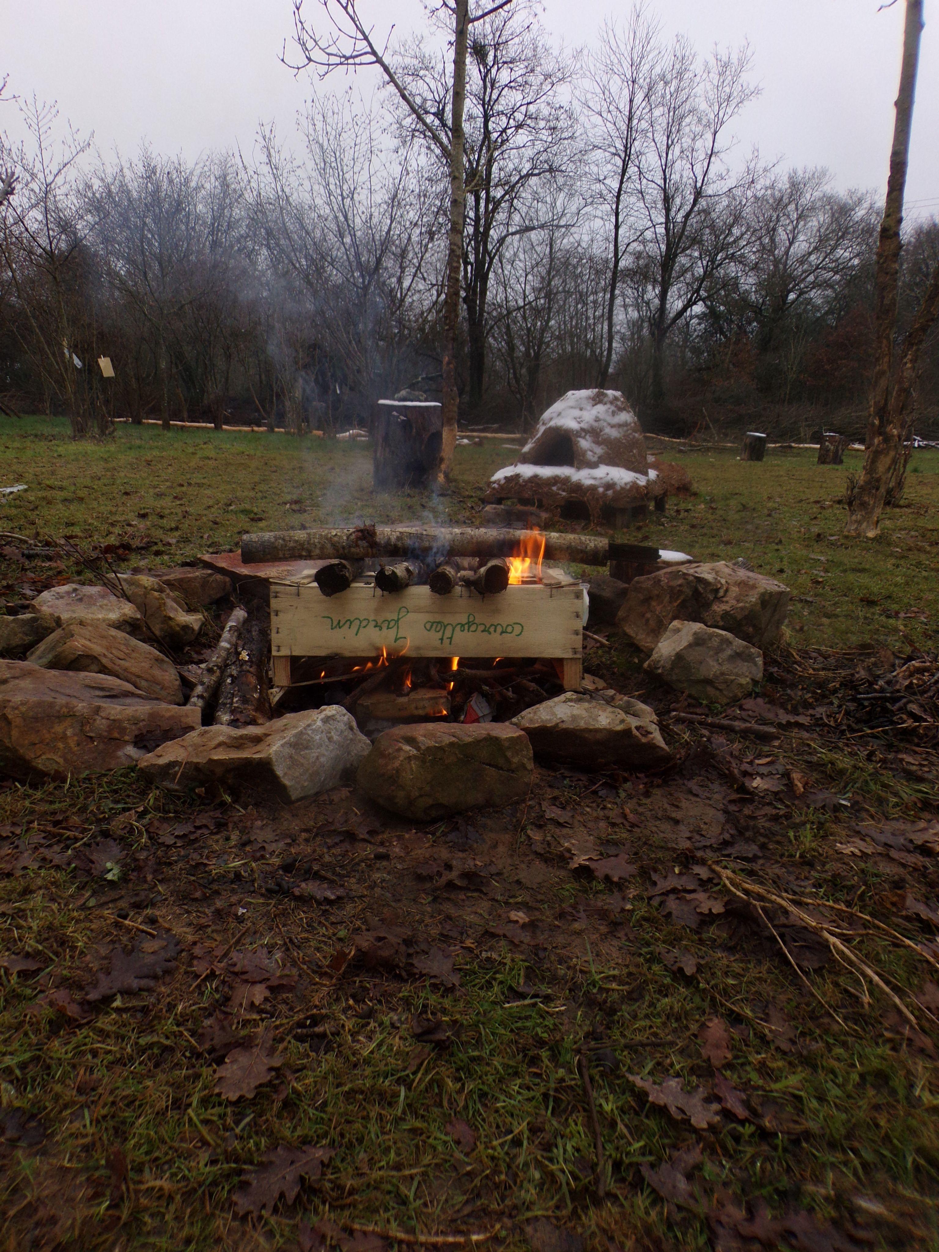 Un feu de cagettes et de branches de noisetier.