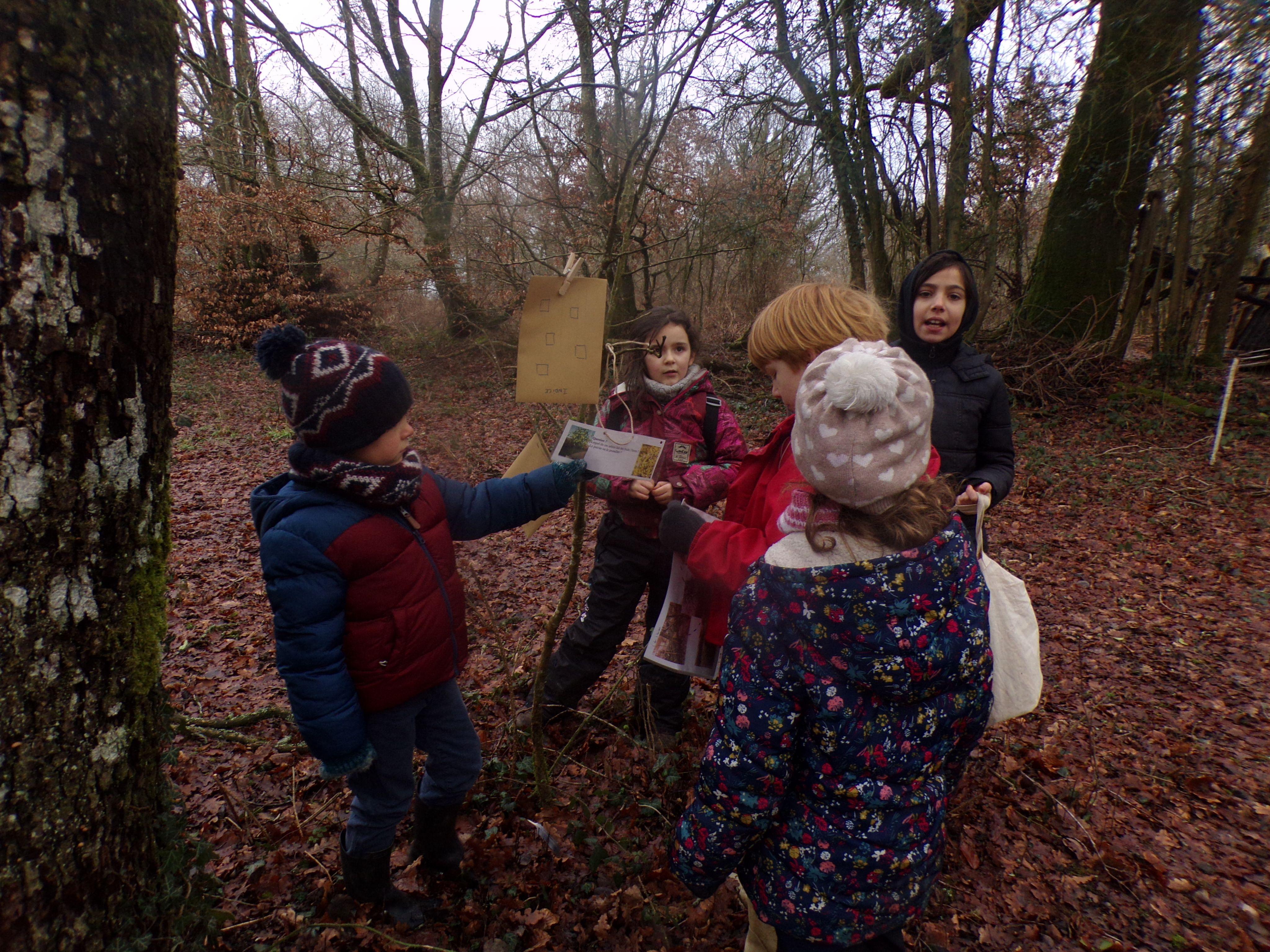 Les enfants se regroupent pour la chasse au trésors.