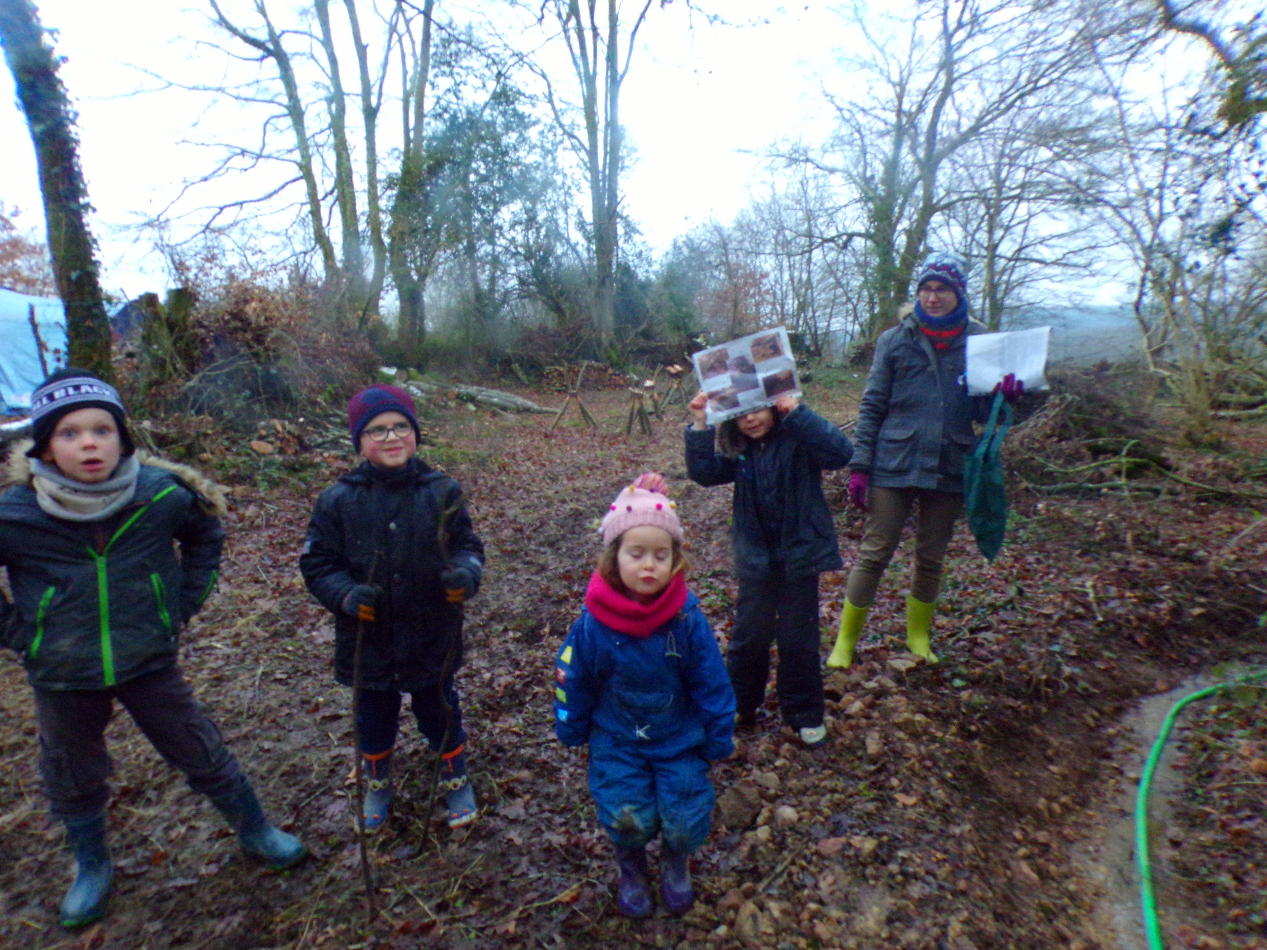 Les enfants du club nature dans les bois en tenu d'hiver.